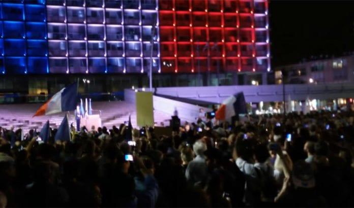 Solidaritetsmarkering for Frankrike i Tel Aviv lørdag 14. november. (Foto: Skjermdump fra YouTube)
