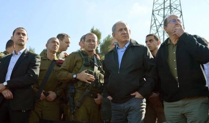Israels statsminister Benjamin Netanyahu sammen med forsvarsminister Moshe Ya'alon og tropper fra IDF på åstedet for terrordrapet på 21 år gamle Hadar 22. november 2015. (Foto: GPO)