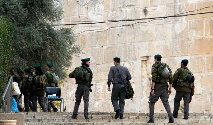Israelske soldater ved Patriarkenes grav i Hebron. (Illustrasjonsfoto: Nick Thompson / Flickr.com / CC)
