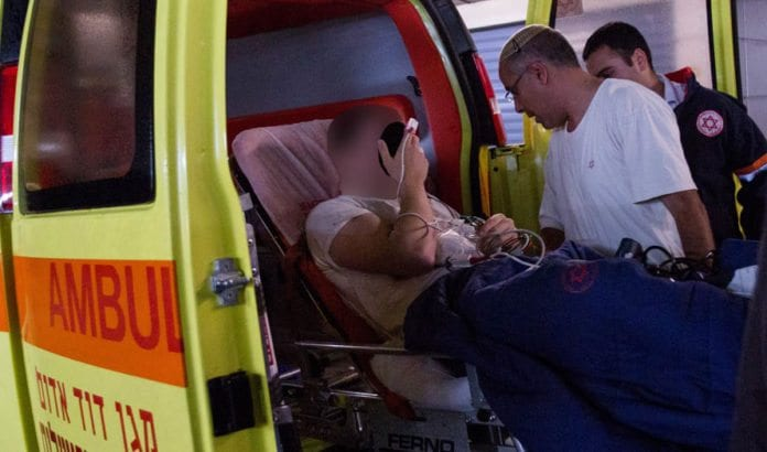 En av de skadde fra skyteangrepet ved Patriarkenes hule ankommer Sha'are Zedek-syehuset i Jerusalem fredag kveld. (Foto: Flash90)