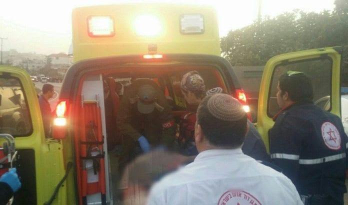 En alvorlig skadet israelsk grensepolitimann legges i ambulanse etter påkjørsel på Vestbredden onsdag 4. november. (Foto: Magen David Adom)