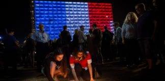Israelere viser solidaritet med Frankrike på Rabin-plassen i Tel Aviv etter terrorangrepet. (Foto: Miriam Alster, Flash90)