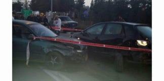 Terroristens bil og bilen den kolliderte med, like ved åstedet for skytingen. (Foto: Brannvesenet)