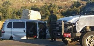 Da denne bilen ble beskutt, ble far og sønn drept, og mor og en annen sønn skadet. (Foto: Skjermdump fra Channel 2 via Times of Israel)