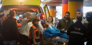 Her ankommer den skadde soldaten Sha'are Zedek-sykehuset i Jerusalem. (Foto: Flash90)