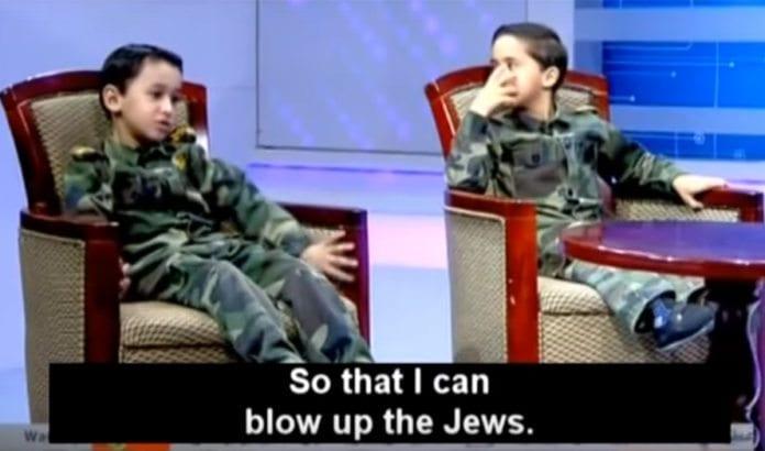 Al-Aqsa tv har fått sendeforbud på Vestbredden, etter notoriske oppfordringer til vold og terror mot jøder. Her forteller en liten gutt at han drømmer om å sprenge jøder når han blir stor, i et barneprogram sendt 4. septe,ber. (Foto: Skjermdump fra Memri / YouTube)
