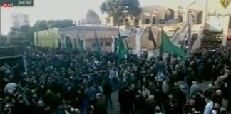 Flere tusen deltok i terroristen Samir Kuntars begravelse i Beirut mandag 21. desember. (Foto: Skjermdump fra vide på Ynetnews.com)