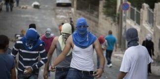 Maskerte palestinere kaster stein i Jerusalem etter et terrorangrep 7. oktober 2015. (Illustrasjonsfoto: Flash90)