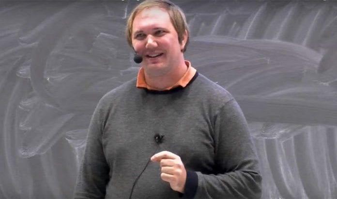 Tor-Bjørn Nordgaard holder foredrag i MIFF Grenland. (Foto: Skjermdump fra YouTube)