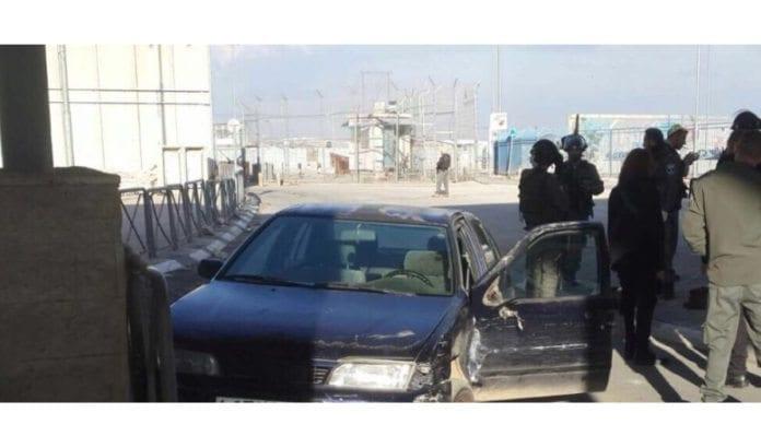 Med denne bilen forsøkte en palestinsk angriper å kjøre på israelske politifolk og soldater fredag. (Foto: Det israelske politiet)