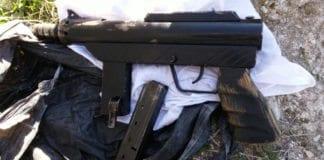 Dette maskingeværet med magasiner og ammunisjon ble funnet under politiaksjonen mot et hjem i Jerusalem mandag. (Foto: Det israelske politiet)