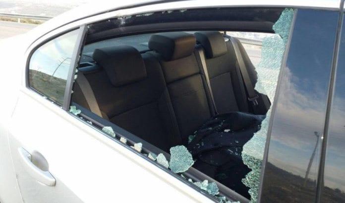 Knesset-medlem Haim Jelins bil ble angrepet av steinkastere. (Foto: Privat via Times of Israel)
