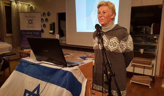 Astrid Salvesen Shwartz fortalte om sine 30 år i Israel da hun holdt foredrag på møte i MIFF Oslo 26. januar 2016. (Foto: Kjetil Ravn Hansen)