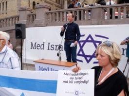 Conrad Myrland, daglig leder i Med Israel for fred (MIFF), taler på støttemarkering for Israel 10. august 2014. (Foto: MIFF)