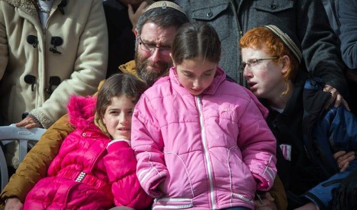 Seksbarnsmoren Dafna Meir ble drept ved inngangen til sin egen bolig. Her er mannen og tre av barna under begravelsen. (Foto: Yonatan Sindel, Flash90)