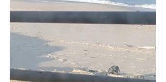 Ryggsekken i sanden inneholder en bombe som var tiltenkt angrep mot israelske grensepatruljer ved Gaza, ifølge det israelske forsvarets talsmann Peter Lerner. (Foto: Peter Lerner / Twitter)