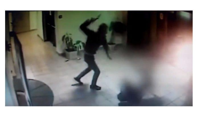 Overvåkingsvideo fra åstedet dokumenteer det brutale angrepet. (Foto: Skjermdump fra YouTube via Times of Israel)