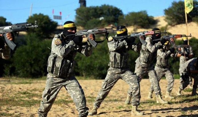 Våpnede menn fra Fatah på øvelse. Bildet er tatt i Gaza i mars 2015. (Illustrasjonsfoto: Facebook)