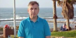 Geir Knutsen ved stranden i Tel Aviv. (Foto: MIFF)