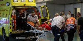 Her ankommer den knivstukne 21-åringen sykehuset kort tid før han døde av skadene. (Foto: Flash90)