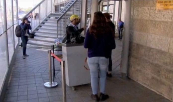 Angrepet skjedde ved denne kontrollposten (Foto: Skjermdump fra video/Jerusalem Post)