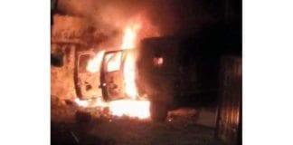 Militærjeepen til de to soldatene som kjørte feil mandag kveld, ble satt i brann. (Foto: Twitter-kontoen til Abbas Sarsour)