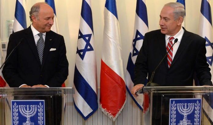 Statsminister Benjamin Netanyahu i et møte i 2013 med Frankrikes daværende utenriksminister Laurent Fabius. Fabius var arkitekten bak det nye franske fredsinitiativet. (Foto: GPO)