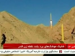 """Her avfyres iranske raketter med påskriften: """"Israel må utslettes"""". (Foto: Skjermdump iransk tv via Reuters / Washington Post)"""