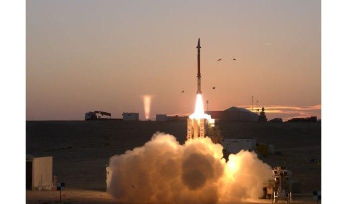 En forsvarsrakett fra Davids slynge avfyres. (Foto: Det israelske forsvarsdepartementet)