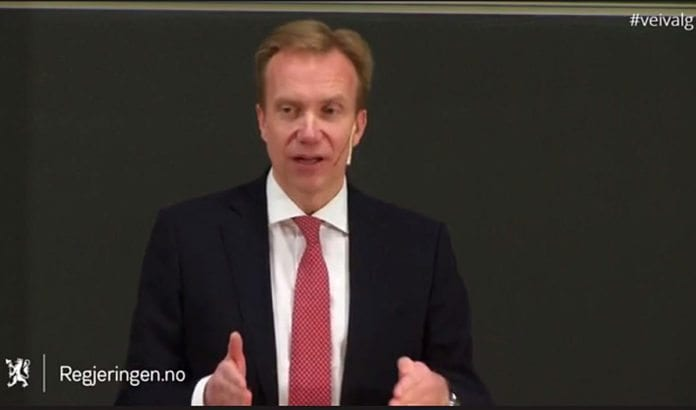 Utenriksminister Børge Brende kommenterte PAs terroristlønninger under en panelsamtale i Kristiansand mandag 25. april. (Foto: Skjermdump fra Regjeringen.no)