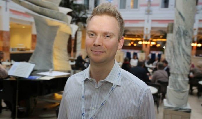 Lars Nordgård feires som MIFF-medlem nr ti tusen. Her er han avbildet under MIFFs europeiske Israel-konferanse, (Foto: Tor-Bjørn Nordgaard)