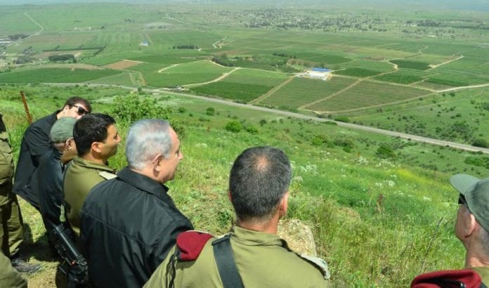Israels statsminister Benjamin Netanyahu besøkte forsvarstropper på Golan-høydene mandag 11. april. (Foto: GPO)