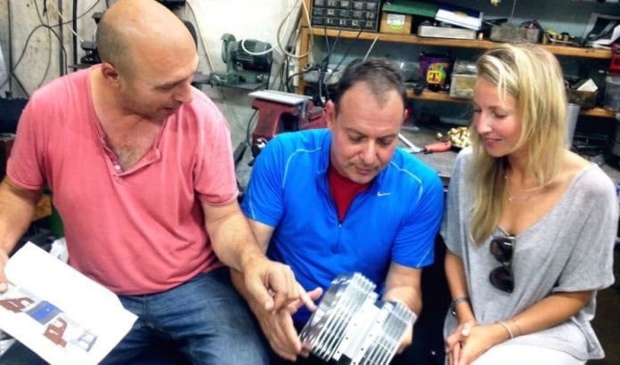 Gal Fridman og kolleger viser fram motoren (Foto: Aquarius Engines)