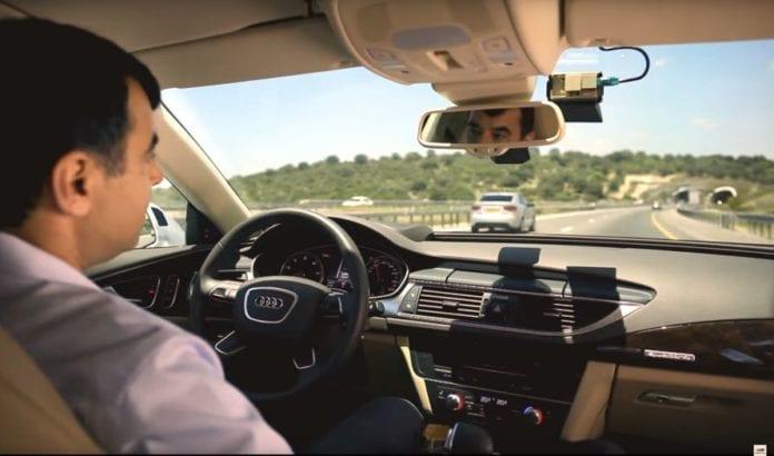 Amnon Shashua demonstrerer førerløs bil (Foto: Skjermdump fra Youtube)