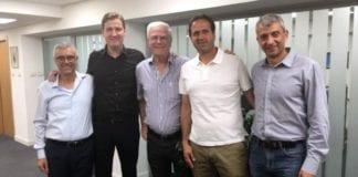 Tor-Kristian Karlsen (nr.2 fra venstre) sammen med ledelsen i Maccabi Haifa (Foto: Maccabi Haifa)