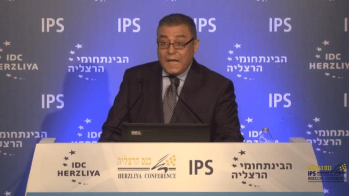 Egypts ambassadør til Israel, Hazem Khairat, på talerstolen under Herzliya-konferansen 2016. (Foto: Skjermdump fra konferansens videooverføring, via Times of Israel)