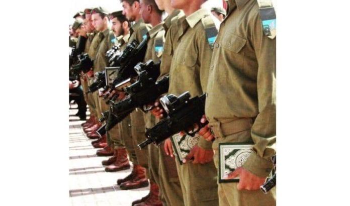 Muslimske soldater sverger troskap til Israel på Koranen (Foto: Twitter/Ofir Gendelman)