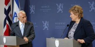 Israels daværende president Shimon Peres og statsminister Erna Solberg under Peres' statsbesøk i 2014. De ga uttrykk for et felles ønske om en sterkere relasjon mellom de to landene. (Foto: Tor-Bjørn Nordgaard)