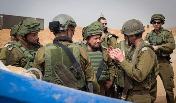 Israels forsvarssjef Gadi Eizenkot og øverstkommanderende for IDFs sørkommando Eyal Zamir utenfor en angrepstunnel som Hamas-terrorister har gravd fra Gaza inn i Israel. Bildet ble tatt 18. april 2016. (Foto: IDF/ Flash90)