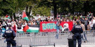 Motdemonstranter som samlet seg for å protestere mot MIFFs støttemarkering for Israel utenfor Stortinget 10. august 2014. (Foto: MIFF)