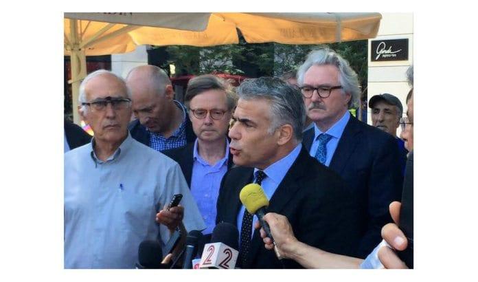 Norges ambassadør Jon Hanssen-Bauer (bak til høyre) lytter til Yair Lapid utenfor Sarona-markedet i Tel Aviv 10. juni 2016. (Foto: Twitter)