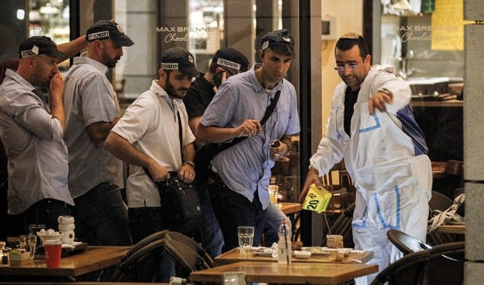 Politiet arbeider på åstedet for terrorangrepet i Tel Aviv 8. juni 2016. (Foto: Miriam Alster, Flash90)