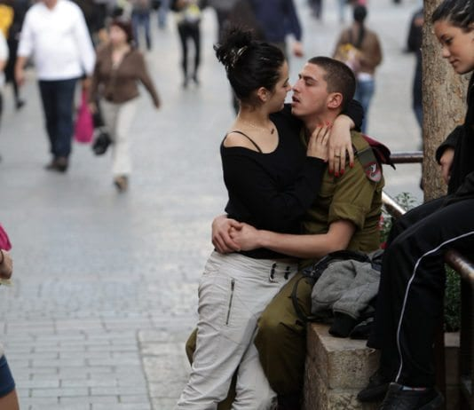 En israelsk soldat kysser sin kjæreste i sentrum av Jerusalem i januar 2010. (Illustrasjonsfoto: Nati Shohat, Flash90)