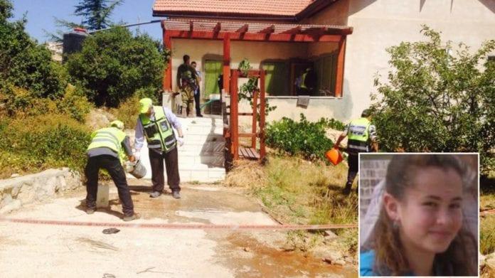 I dette bolighuset ble 13 år gamle Hallel Yaffa Ariel (innfelt nede til høyre i bildet) drept mens hun lå og sov natt til torsdag 30. juni 2016. (Foto: Zaka Rescue Service / privat)