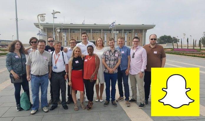 Unge deltakere, to reiseleder og norsk-israelsk guide utenfor Knesset onsdag 29. juni 2016.