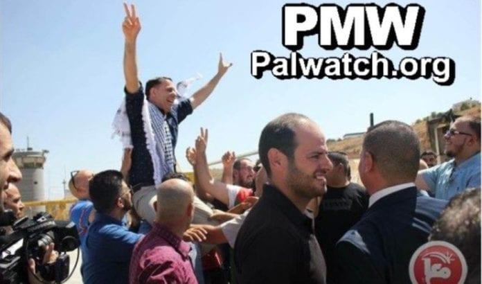Abd Al-Fatah Dola blir hyllet og viser V-tegnet (Foto: PMW)