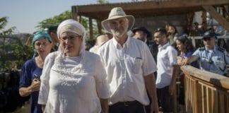 Rina og Amihai Ariel, foreldrene til drapsofferet Hallel Yaffa Ariel (13), på vei mot Tempelhøyden tirsdag formiddag. (Foto: Flash90)