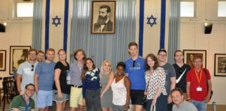 Deltakerne på MIFFs ungdomstur i Independence Hall, hvor staten Israel ble proklamert i 1948. (Foto: Kjetil Ravn Hansen)