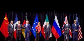 Representanter fra Iran, P5+1-landene og EU poserer sammen etter inngåelsen av atomavtalen 14. juli 2015. (Foto: Det amerikanske utenriksdepartementet / Flickr.com)