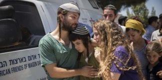 Her er flere av barna til den drepte rabbineren Miki Mark, samlet til en minnemarkering i forkant av begravelsen. (Foto: Flash90)